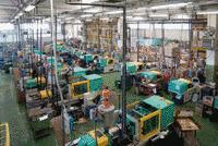 Symbolbild Spritzgießmaschinen in Fabrikhalle.